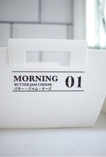 """特にお子さんがいらっしゃるご家庭では、""""日本語表記""""にするのも大事なポイントです。子供にも一目で分かるようにしておくと、毎日のお手伝いもスムーズにできますよね。先ほどのボトルと同じように番号も入れておくと◎。使った後も同じ場所に収納できるので、次に使う時も便利ですね☆"""