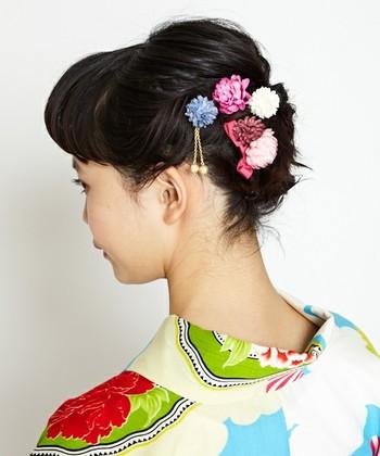 まとめ髪に挿し込むだけで華やかに仕上がるU型のヘアピン。 散らしたりまとめたり、付け方によって印象が変わります。