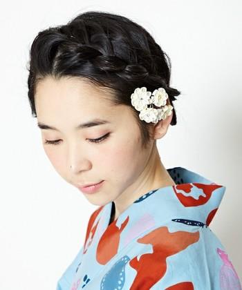 お花モチーフのつまみ細工のヘアコーム。 ヘアコームは毛の流れと逆方向に付けるとしっかりと留まります。