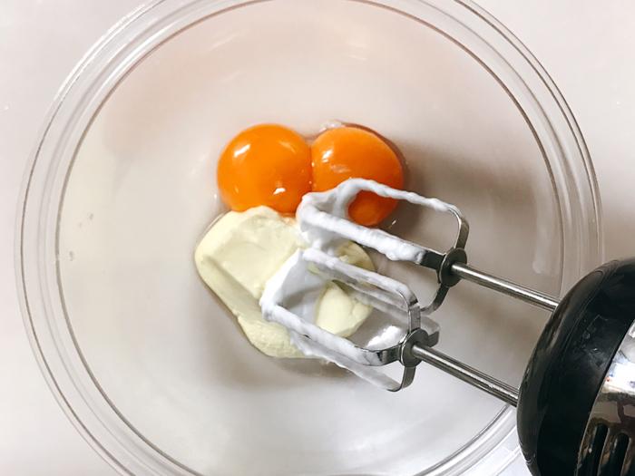 ②別のボールで卵黄とクリームチーズをよく混ぜ、メレンゲも入れて切るように混ぜ合わせていきます。
