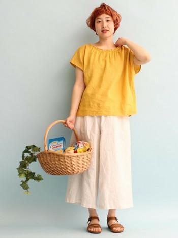 ワイドパンツに合わせて、可愛らしいルーズ感を演出。デイリーウェアも女の子らしさを忘れたくない!って時にギャザーブラウスはおすすめです。