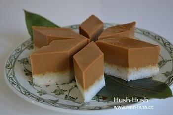 ココナッツ風味のもち米の上に、ココナッツカスタードを流し入れて蒸し上げたマレーシアのデザート。甘くてもちっとしたほっと癒されるおいしさです。冷たいお茶などとともに。