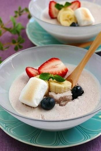 ココナッツミルクとこしあんの風味が調和する、和風アジアンスイーツ。マシュマロを溶かすことで、表面はムース状に、下の部分はとろりとゼリー状に固まるそうです。面白いですね。