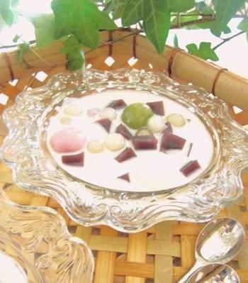 水羊羹や羊羹を使って、ベトナムのチェーを和テイストにアレンジしたアジアンスイーツ風のレシピ。とても涼しげで、暑い日のブレイクタイムなどにおすすめです。