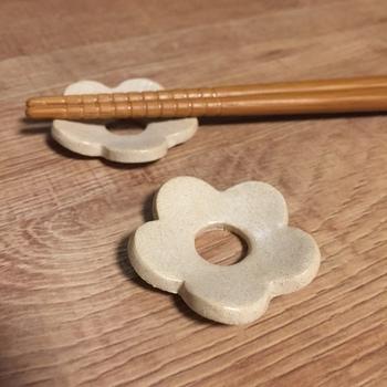 小さな箸置き。好きなものを作れるのが家庭での手作りの良いところ。粘土そのままの色のプリミティブさが魅力です。