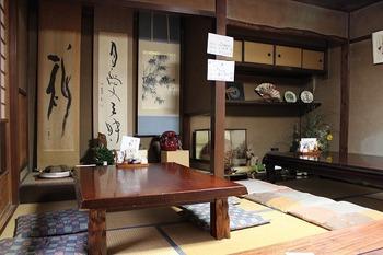 ひょっこり、古民家にお邪魔したような気分になれますね! こちらのお座敷の他、テーブル席もあります。
