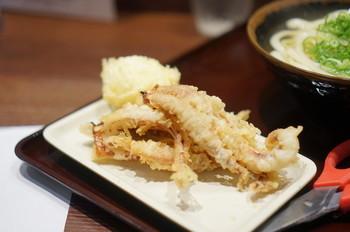天ぷらは、滋賀の名店「しのはら」直伝。うどんに浮かせて、衣に出汁がしみたところを食べると…もう、たまりません。もちろん天かすも美味しい!