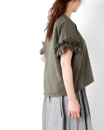 袖口にボリュームたっぷりのフリルを施したデザインは、腕をほっそり見せてくれます。女性らしいフェミニンな着こなしにもピッタリ♪