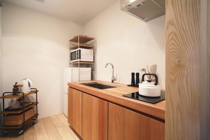 キッチンも完備されているので、簡単な料理を自分たちで作る事も可能です。まるで自宅にいるかのようなホッとする空間が広がっています。