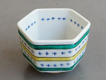 樋山真弓さん作の六角小鉢。細かい柄と上絵を施された色がかわいらしいです。 飾っておいても良いですね。
