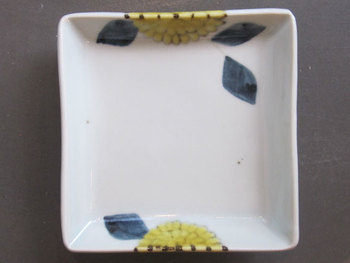 九谷青窯の徳永遊心さんも取り扱っています。 「色絵菊」かわいいです。使い勝手もよいサイズなので毎日使えそうですね!