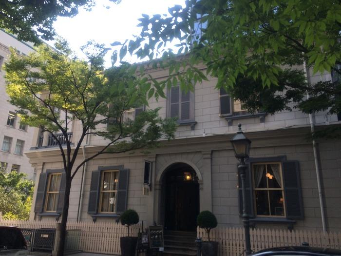 旧アメリカ領事館をリノベーションしてつくられた洋館レストラン「TOOTH TOOTH maison15th(トゥース トゥース メゾン ジュウゴ)」。