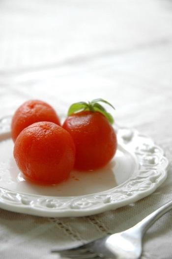こちらは湯剥きしたトマトを、はちみつや白ワインで煮て、冷やして食べるトマトスイーツ。ミニトマトで作るので、一口でパクリ♪おやつにもデザートにもOKです。