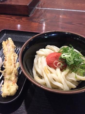 「かねふく」の明太子を使った「明太醤油」や、明太子・たまご・カルピスバターを加えた「めんたま」も評判です。