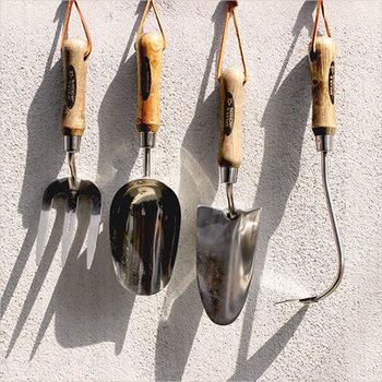 スコップやフォークなど庭仕事に必要なガーデンツールも素敵なデザインでまとめたいものです。「SPEAR&JACKSON」は約250年の伝統をもつガーデンツールメーカー。銀色に輝くステンレスの本体と、ヒッコリーの木を使った手に馴染む持ち手がとてもスタイリッシュな印象を与えます。