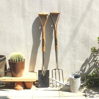 細かな作業の為のハンドツールと大型のスコップなどのロングツールがあります。ガーデンツールも庭の一部と考えて、隠すのではなく置いてある姿を楽しむのもいいですね。