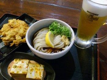 「冷ぶっかけ」「天ぷらかき揚げ」「麺通団オムレツ」「生ビール」で、晩酌メニューの完成です。お惣菜が充実していて、セルフで選べるので、気軽な飲みに最適です。