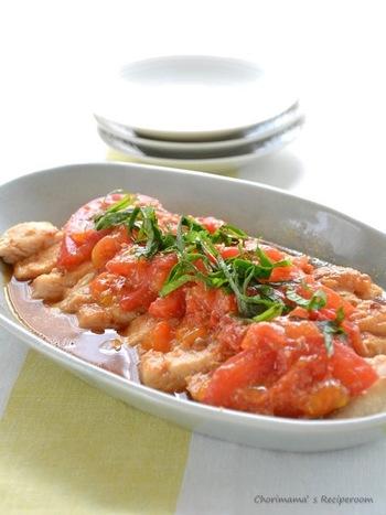 電子レンジだけで作れるので、火を使いたくない暑い日にぴったりのレシピ。下味の味噌とにんにく、上にのせたトマトがソース代わりになってくれます。とろっと溶けたトマトが鶏肉と絡まってあっさりといただけます。