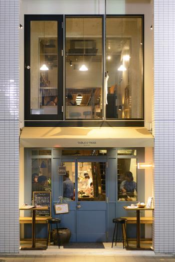 ブルーの扉が可愛い『TABLE O TROIS (ターブル オー トロワ)』は、「渋谷駅」から徒歩約10分のこじんまりとしたお店。 滋賀県の美味しい食材や地酒を使ったフレンチビストロです。
