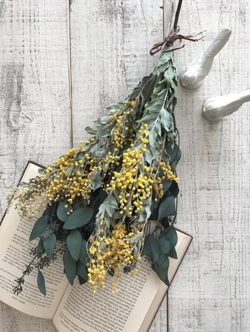 植物で作るおしゃれな壁飾り「スワッグ」。好きな草花を集めて、麻紐やリボンでしっかりとまとめるだけで完成です!使用する植物は、生花でもドライフラワーでもOK。草花の組み合わせを変えて、さまざまなデザインが作れそうですね。
