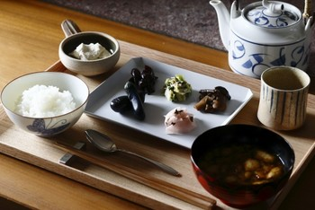 村上重の季節のお漬物の盛り合わせがメインとなった和朝食。京漬物の美味しさをじっくりと堪能してみてくださいね。 ※追加料金にて用意していただくことができます。