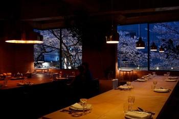春には、夜桜を楽しみながらのディナーが堪能できます。宿泊ルームと同じビル内にあるからこそ、お酒で心地良い気分のまま、すぐにお部屋に帰れるところも魅力的ですね。