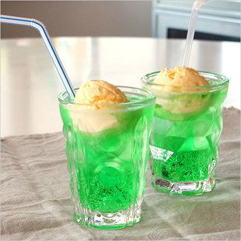 ソーダやジュースにアイスクリームを浮かべたフロートは、ちょっとウキウキする夏のスイーツです。こんなレトロなガラスの器は子供の頃を思い出させます。凹凸のある厚手のガラスの屈折がきれいですね。