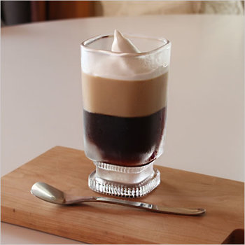 アイスコーヒーは大人の夏の飲み物のイメージ。ちょっとレトロなスクエアグラスが何ともオシャレな雰囲気。シンプルなアイスコーヒーの他に、コーヒーフロートでも素敵。