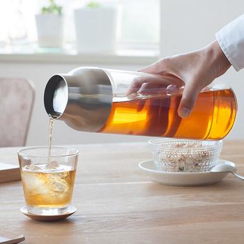 まとめて作っておきたい冷たいお茶は、こんなスタイリッシュなカラフェに入れても涼し気です。蓋を開閉する手間の無いデザインで、そのままテーブルに置いてもインテリアになるデザイン。