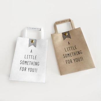 お菓子やコーヒーなどちょっとした物を手渡す時は、ギフトバッグにもさりげなくこだわってみましょう。相手に喜んでほしいという気持ちが、さらにしっかり伝わるはずです。
