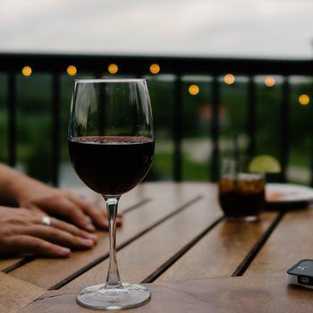 芳醇なぶどうの香り、クリアな飲み口。 ワインはいつもの食卓をクラスアップしてくれる、素敵なお酒です。