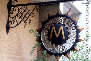 「サロン・デュ・ショコラ パリ」の品評会で最高位受賞など、国内外で数々の優勝経験を持つ辻口博啓シェフのスイーツを味わえるショップ。店名の「モンサンクレール(Mont St Clair)」は、かつて辻口氏が自らの決意を固めた、南仏の丘の名前です。自由が丘駅から徒歩10分と、少々不便な立地にもかかわらず、行列が絶えません。