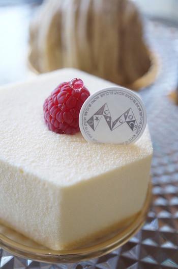 """■""""人生""""という名のケーキ「セラヴィ」 仏大使館主催の仏食材を使ったプロの為の仏菓子コンクール「ソペクサ」で1996年に優勝した辻口氏の代表作です。 表面は真っ白なショコラブランのムースにフランボアーズのシンプルなデザインですが、中は繊細で複雑な構成になっています。サクサクとしたフィヤンティーヌの土台に、ピスタチオ・フランボワーズのスポンジ、ショコラとラズベリーの果汁を加えたチョコムース、フランボワーズの果肉が重ねられています。 セラヴィとはフランス語で""""人生""""を意味しますが、まさにそんな奥深さを感じるケーキですね。"""