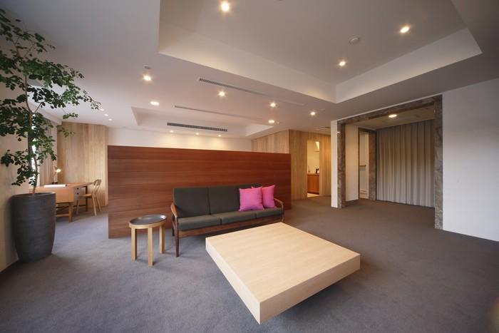 漆喰壁にさまざまな種類の木材が使われているため、温かみのあるお部屋となっています。
