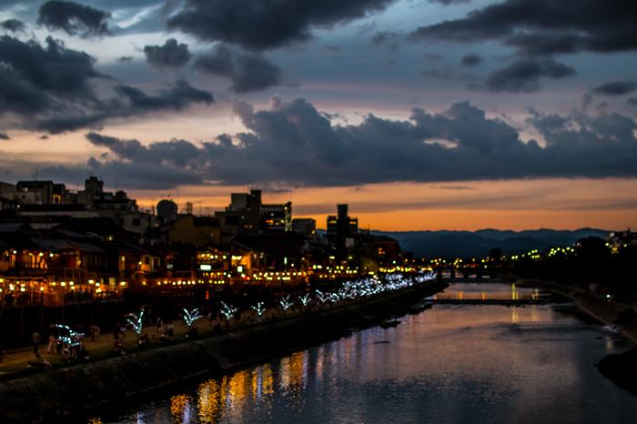 河川敷を歩くのも素敵ですが、三条大橋や四条大橋などの橋の上から全体を眺めるのも、またロマンチック。 夕日の時間帯ならば、なおさら美しく幻想的な風景が広がって見えます。