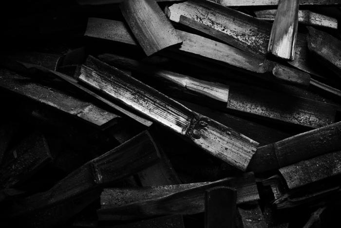 木炭の種類は作り方よって「黒炭」と「白炭」2つに分類されます。  <火の消し方での分類> 「黒炭」 炭窯の中の空気を絶って消火して作られます。柔らかく、火がつきやすいのでバーベキューや茶道などに使われます。私たちがよく目にする炭です。  「白炭」 炭窯から取り出して消し粉で消火して作られるため、表面に灰がつき、見た目が白っぽくなることから白炭と呼ばれます。黒炭より硬く、火がつきにくいものの安定した火力を保てます。焼き鳥などの調理におすすめです。紀州・土佐などの「備長炭」が有名です。叩くと金属のような澄んだ音がします。  木炭とは素材の違う「竹炭」 竹を炭にしたもの。成長の早い竹は安定供給しやすく、手に入りやすい炭のひとつです。白炭よりも豊富なミネラルを含んでいます。