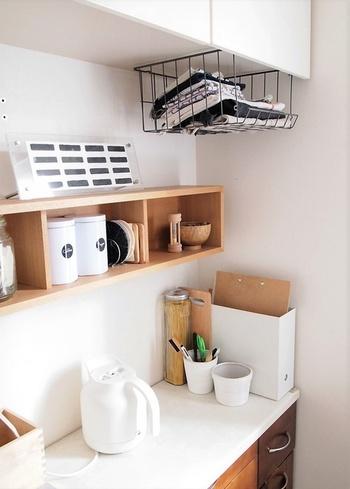 生活感が出やすいキッチンまわりに取り付けると、シンプルなのにおしゃれなキッチンに大変身。ボックスシェルフにはこだわりのコーヒーグッズをまとめて収納。見せながらしっかり収納できて、とっても頼りになります。