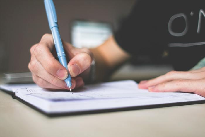 手帳に書き込むほど読み返すのが難しく乱雑になってしまこと、よくありますよね。この原因はまず記入する際のルールがないからです。手帳の空欄に予定を記入する際に上詰めて「時間、場所、だれと」というように記入ルールを作ると見やすい手帳になります。 また字が多色になることも見にくい原因です。黒・赤・青の3色くらいの色分けで充分です。時間は赤で内容を黒で、というように色を使い分けましょう。何度も消して書き直すことができるボールペン、フリクションなどがあれば大変便利です。手帳にキャンパスノートのようなガイド線があるならそれに沿って丁寧に書くと、記入しやすい見返してわかりやすい手帳になりますよ。