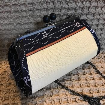 中身がパッと見えて取り出しやすい「俵型がま口バッグ」。ころんとしたフォルムは、ポーチとしてもミニバッグとしても使えます。こんな風に和柄で作れば浴衣にもぴったりです。