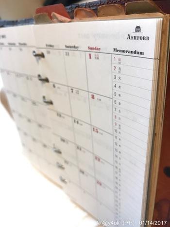 手帳が見づらく乱雑になってしまう原因のもうひとつは、記入欄を活用できていないこと。マンスリータイプなら一つの記入欄のマス目を上下または左右に使って有効活用しましょう。例えば上下を午前と午後に分けるあるいはプライベートと仕事に分けます。左右にしてもいいでしょう。そうすると予定が午後なのか午前なのか、仕事なのかプライベートなのか、ぱっと見てわかりますよね。記入の際も上記のように「時間・場所・誰と」いうように規則性を守って記入します。するとスペースが無いと感じるマンスリータイプの手帳でもかなり見やすくなるはずです。