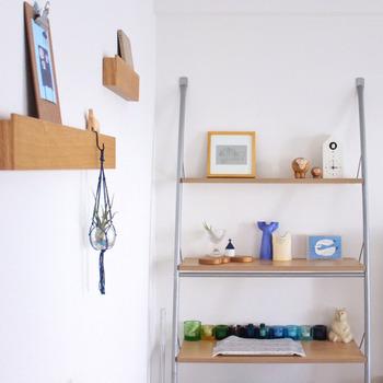 長押(なげし)タイプは、上に本などの小物を置いたり、フックを掛けて吊るすこともできる収納アイテムです。