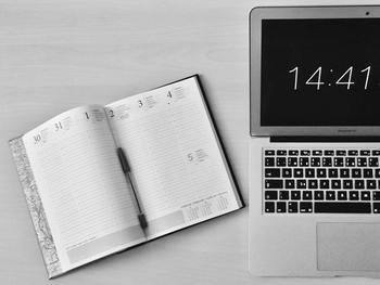 毎日が時間ごとや分刻みの移動やアポイントがあるなど、タイムスケジュールを常に把握しておきたい方にはバーチカルタイプの手帳がおすすめです。 バーチカルとは垂直という意味で1日が縦1列として1週間単位で管理します。すると1日のスケジュール管理を縦列で見ることができるので、1日の時間ごとの予定が明確にわかって大変便利です。予定を時間軸に書き込んでいくと、アポイントや移動時間の合間など時間の隙間がわかってその時間を有効活用できます。この1日欄にはTODOリストを書き込めたり、自分仕様で自由に使えることも大きな魅力です。世界で1冊だけのオリジナル手帳が出来上がりますよ。