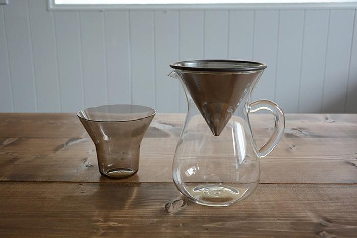 ステンレスのフィルターが付いた、キントーのコーヒーカラフェセットは見た目もスタイリッシュでとってもクール。コーヒー付きな男性への贈り物にも喜ばれます。左側のコップのような容器は、コーヒー豆を計る際に使ったり、コーヒーを淹れ終わった後のステンレスのフィルター置きにもなる優れものです。