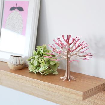 小さなスペースでも十分素敵に見せられる壁面ディスプレイ。壁に取り付けられる板やボックスを利用して。