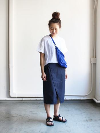 通気性の高いTシャツと動きやすいラップスカートで合わせたシンプルコーデ。涼しくて速乾性のあるTシャツはフェスなどのアウトドアで重宝します。足元はサンダルで涼しく♪