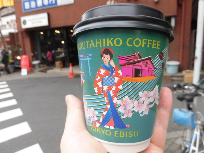 グリーンのバージョンもありますよ。ハンドドリップコーヒーだけでなく、エスプレッソのメニューも豊富。さらに「カフェモカ」や「蜂蜜のラテ」などのアレンジドリンクも人気です。カフェインが苦手という人にはディカフェのメニューもあるのが嬉しいですね♪