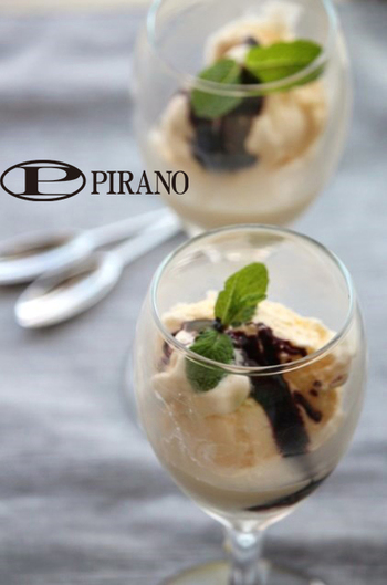 赤ワインを煮詰めて、バニラアイスクリームにかけるだけ。高級感のある大人のアイスクリームが楽しめます。