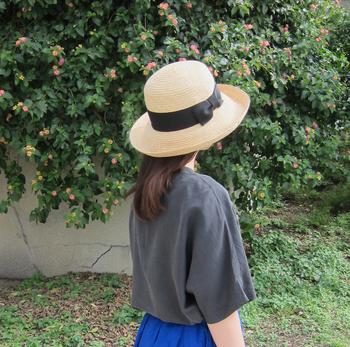 被り込みが深く、広いツバでしっかり日差しをガードしてくれるつば広ハット。つばをクルンと上げると、あどけなさが漂います。女性らしいファッションやエレガントな着こなしにピッタリです♪