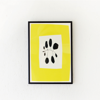 コペンハーゲン在住のアーティスト、Leise Dich Abrahamsen (ライゼ ディッチ アブラハムセン)が手がけるポスター。鮮やかなイエローとシンプルなデザインは、お部屋のアクセントになりますね。