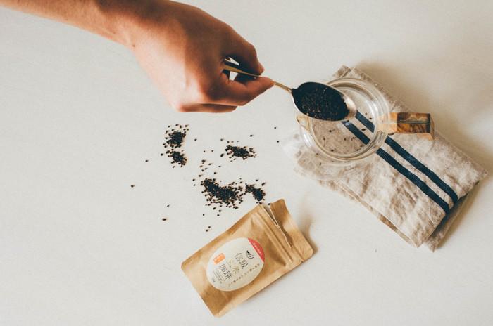 相手の好みが分かっていれば、お茶やコーヒーを贈るのもいいですね。これらの品も日持ちがするという良さがあるため、相手のペースで味わってもらうことができます。こちらは長野県の信級(のぶしな)という場所で作られている「信級玄米珈琲」。玄米を遠赤外線で焙煎したコーヒーで、カフェインレスなので相手を選ばすプレゼントできますよ。